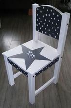 Geboorte stoeltje , op de achterkant staat de geboorte datum. Het stoeltje gekocht bij Ikea, verf van de Action gebruikt en de stippeltjes met een acrylic marker (stift met acryl verf)