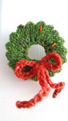 Knitted mini wreath Christmas ornament - so cute, but no pattern (string on fishing line)