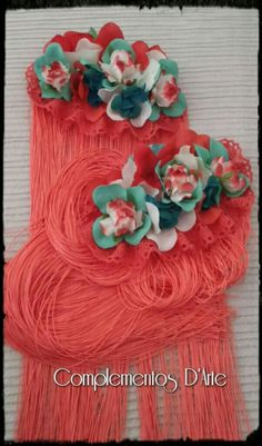 Hombreras de Flores y Flecos diseñadas para adornar con un estilo especial un vestido en tonos coral. Siempre exclusivas. Siempre De Arte.