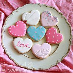 Muitos ❤❤❤ saindo daqui hoje! Esses irão enfeitar a mesa do aniversário de 1 ano da Maria - quer aprender a fazer? Ainda tem uma última vaga para a próxima aula de iniciantes do dia 20/05 em SP - inscreva-se no pedidos@thecookieshop.com.br #aulasdebiscoitosdecorados #aulasthecookieshop #auladecookie #cookiesdecorados #biscoitosdecorados #cookieclass #royalicing #glacereal #diadasmaes #heartcookies #wiltoncakes