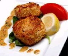 Crab cakes are perfect party food. They can be served as an appetizer or as a fantastic light lunch. This crab cake recipe is ideal for a party or anytime. Crab Cakes, Shrimp Cakes, Entree Recipes, Appetizer Recipes, Epicure Recipes, Seafood Recipes, Fun Easy Recipes, Easy Meals, Crab Cake Recipes
