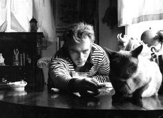 Probably the coolest actor of all time, James Dean was a big cat fan. Even more awe-inspiring is that his pet Siamese, Marcus, was given to him by Elizabeth Taylor.