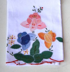 One vintage white linen hand towel with flower appliques and embroidery. On the center front it has appliques: three flowers and 5 leaves. The