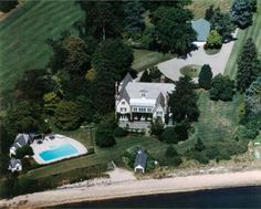 Only some of the world's most expensive homes boast the convenience of a helipad, for which the owners actually spent multi-million dollars. One such house, the Manor on the Manasquan, a secluded riverfront property in the town of Brielle, New Jersey, t