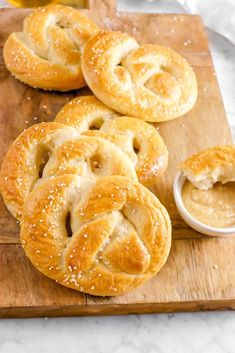 The easiest homemade Soft Sourdough Pretzels! Think your favorite soft pretzel...now made with sourdough! They're airy, perfectly salted, and every last bite is oh so delicious. It's kind of like the best of both worlds with sourdough and soft pretzels making the perfect pairing. The best part is that these pretzels are made using only pantry staples, a great way to use your sourdough discard, no waiting for the dough to proof overnight, require very little prep work, and are actually… Thin Mint Cookies, Cookies And Cream, Indian Pudding, Candied Carrots, Dairy Free Cookies, Gluten Free Oreos, Mocha Recipe, Banana Cheesecake, Spring Desserts