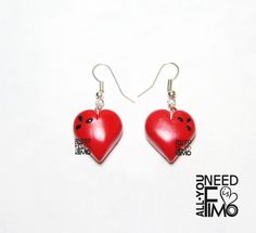 Fimo earrings with red hearts and black details #fimo #orecchini #pendenti #cuori #sanvalentino #fattoamano #artigianato #polymerclay #earrings #hearts #valentinesday #dangly #handmade #diy #ooak