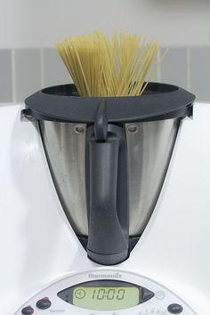 La pasta es un alimento básico en la dieta mediterránea, aporta hidratos de carbono de rápida asimilación, es decir, nos proporcionan energía inmediata. Cocinar espaguetis con Thermomix es fácil y ráp