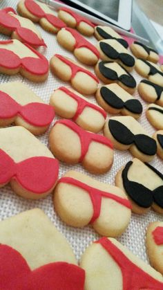Ich kann ja garnicht fassen dass ich vergessen habe euch die Kekse zu zeigen, die ich vor einigen Monaten für einen Junggesellinnenabschied gebacken habe !! Meine Freundin Kate sollte heiraten, ich…