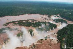 海外旅行世界遺産 空から アルゼンチンの絶景写真画像ランキング アルゼンチン イグアスの滝の迫力はハンパないです。アメリカのルーズベルト大統領の夫人が、「かわいそうな私のナイアガラよ」と言ったそうです。同意。