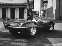 Schauspieler Steve McQueen fährt seinen Jaguar Premium-Fotodruck
