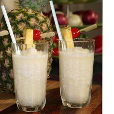 INGREDIENTES 1 taza jugo de piña ½ taza crema de coco 2 tazas hielo PROCEDIMIENTO En la licuadora eléctrica mezcla todos los ingredientes hasta que quede cremoso. Sirve y decora con un trocito de piña y una cereza.