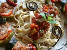 Thunfisch-Harissaspieße. Thunfisch scharf mariniert mit einer würzigen Gemüsesoße. Zutaten: 4… Zucchini, Harissa, Couscous, Spaghetti, Ethnic Recipes, Food, Easy Meals, Food Food, Summer Squash