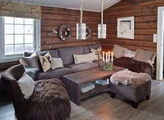 Ny glød: Hytta har gjennomgått stor forvandling fra tak til gulv. Sofaen er fra Ikea, salongbordet og vegglampene fra Home & Cottage og lenestolen er fra Living.