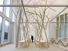 arbre intérieur sculpture- cantine à Saint-Jacques-de-Compostelle par Estudio Nomada