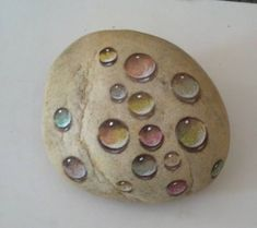 Correct use and placement of light, shadow and colour to form these water droplets. Pebble Painting, Pebble Art, Stone Painting, Stone Crafts, Rock Crafts, Arts And Crafts, Rock Painting Ideas Easy, Rock Painting Designs, Art Pierre