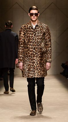 Spotted animal print caban and animal print sunglasses on the runway of the Burberry Menswear show Fashion Models, Mens Fashion, Fashion Sets, Runway Fashion, Modern Suits, Madrid, Fashion Forecasting, Well Dressed Men, Fashion Gallery