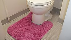 Toilet Rugs - 25 Biggest Decorating Mistakes and Solutions on HGTV. Unsightly clutter and disorganization not only contributes to a stressful life but also ruins the entire look of a space. Cute Dorm Rooms, Cool Rooms, Malm, Lifehacks, Girls Bedroom, Decorating Tips, Interior Decorating, Interior Design, Living Tv