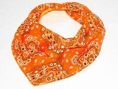 Babador bandana estampa laranja, confeccionado em tecido 100% algodão.
