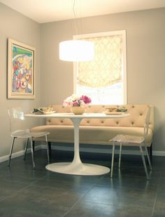 banquette dining nook, round/oval table