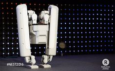 膝なんて飾りです。 生活に浸透しつつあるロボットたち。その進化には目を見張るものがありますが、しかしその動きについては、人間のような2足歩行はまだ難しいのも事実です。世界の頭脳が集まる、DARPA(