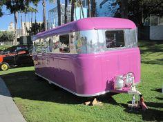 retro pink campers | Qué tendrá que ver Julio Iglesias y una caravana vintage?