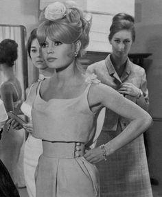 Brigitte Bardot I finally found a still of the gorgeous evening dress BB wore in Une Ravissante Idiote. Love the way the loose top is matched with that structured waist! Brigitte Bardot, Bridget Bardot, Romain Gary, Internship Fashion, College Fashion, Greta, 1960s Fashion, Korean Fashion, Vogue Fashion