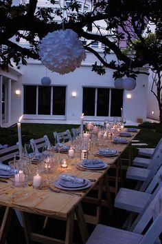 Ideas para la mesa de fin de año: sin mantel, con velas y algunos detalles plateados, esta puesta tiene un clima de encantadora simplicidad.