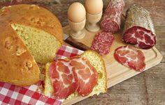 In alcune regioni del centro Italia, la Pasqua la si celebra fin dal primo mattino con un'abbondante colazione. La regina indiscussa della tavola imbandita, in questi casi, è la pizza, ma non quell…