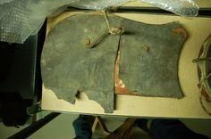 """""""Diese Tartsche liegt im Museumsdepot des Märkischen Museums. Das Schild besteht aus mehreren Holzteilen die miteinander verleimt sind, die genaue Anzahl konnte leider nicht bestimmt werden. Aber es scheinen vier oder fünf Bretter gewesen zu sein. Die Holzsorte konnte nicht bestimmt werden. Es handelt sich aber auf jeden Fall um ein Weichholz und war sehr leicht. Auf der Rückseite ist der Schild mit Leder bezogen, auf der Vorderseite mit Stoff. Beide Seiten sind bemalt."""""""