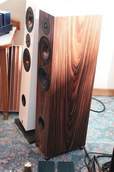 Diese Lautsprecher waren bei Studio 16Hz zu sehen. Das weiße Modell namens Minas Anok hat einen Paarpreis von gerade einmal 2000 Euro
