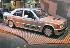 KUNST! Как скромный Mercedes190E стал легендарным спорткаром  А в 1984 году на церемонии открытия короткого, «формульного», кольца трассы Нюрбургринг немцы провели заезд на одинаковых Mercedes-Benz 190E 2.3–16. Выиграл его малоизвестный тогда бразильский паренёк Айртон Сенна (Ayrton Senna), который только дебютировал в Формуле-1. И объехал в той гонке будущий трёхкратный чемпион таких грандов, как Ники Лауду (Niki Lauda) и Карлоса Рейтеманна (Carlos Reutemann).