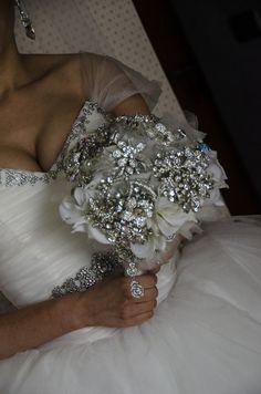 El ramo de broches -brooch bouquet-  de la novia! www.misscrystal.es