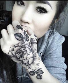 Tatoo Henna, Arm Tattoo, Sleeve Tattoos, Chest Tattoo, Hand Tattoo Cover Up, Cover Up Tattoos, Rose Hand Tattoo, Finger Tattoos, Body Art Tattoos