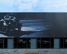 Meilenverk showroom, Retails & Outlet building in Düsseldorf (Germany). The printed Serge Ferrari composite membrane Stamisol FT customizes the facade building.