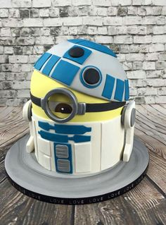 Star Wars R2D2 minion shaped cake in fondant www.bakemydaydk.com