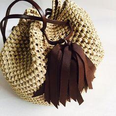 ボリューム感のあるタッセルと、巾着型のバッグはシンプルながらも存在感抜群★とても軽くてサラサラの手触りのタッセル巾着バッグ『Coron』。今年は凹凸感のある編み柄で動きを出してみました。上部と底部分は二重で編んでいますので物を入れても型崩れがありません。木材パルプを原料とする再生繊維を使用、とても軽くて丈夫です。全体のころんとした丸みと、上部のキュッと絞られたアクセントが独特の可愛らしさを醸しだします。カジュアルにも、キレイめにも、どんなスタイルにも、幅広いスタイルに活躍します。アクセサリー感覚で持ちたい、キュートなバッグで出かけましょう。-------------------タイプ:『Coron』 ブラウンサイズ:丸底直径  約20cm    高さ…