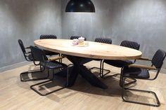 Een mooie eikenhouten tafel wordt nog aantrekkelijker met een robuust stalen onderstel. Het geeft de tafel die ruige, natuurlijke look.
