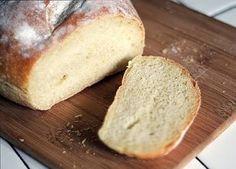 Pão sem glúten  3 ovos 1/2 copo americano de óleo 1 e 1/2 copo americano de farinha de arroz 1 copo de iogurte natural (de soja ou sem lactose) 1 colher de sopa de açúcar 1 colher de chá de sal 1 colher de sopa de fermento em pó Modo de Preparo Bata todos ingredientes no liquidificador (colocando por último o fermento). Unte uma forma de pão com óleo (ou margarina) e polvilhe com farinha de arroz.Coloque a massa para assar e passe uma leve camada de gemas e água para dar cor ao seu pão .Asse…