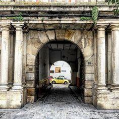 #puerta #arcos y #columnas de la #tercia con #newbettle para contrastar #paseosporMontilla #twitter