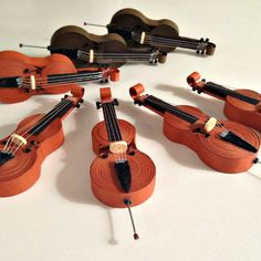 These amazingly tiny quilled violins are part of an entire paper orchestra by kariana leinbach interview with her and more instrument examples at the link quilling violin paperart papercraft miniatures Paper Quilling Tutorial, Paper Quilling Patterns, Paper Quilling Jewelry, Quilled Paper Art, Quilling Paper Craft, Easy Paper Crafts, Quilling Ideas, Quilling Dolls, Arte Quilling