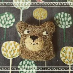 今、100均でも簡単に材料が揃えられる羊毛フェルトで、可愛いアクセサリーを作る人が増えているようですよ。 動物の指輪は、まるで手に寄生している状態で死ぬほど可愛くて大人気。そして、動物ブローチは大人可愛いデザインで、いつものコーディネートを簡単にワンランクアップさせてくれますよ。 Felt Crafts, Diy And Crafts, Felt Toys, Felt Art, Plush Dolls, Needle Felting, Graphic Illustration, Kids Playing, Wool Felt