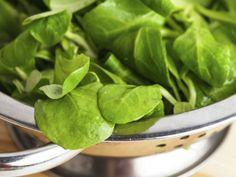 """29 - Espinaca y hojas verdes  """"Al igual que las legumbres, las hojas verdes son bajas en calorías y altas en fibra"""", cuenta McGrath. """"Te ayudan a saciar el hambre, así puedes comer menos. Las hojas verdes también tienen muchas vitaminas, minerales y otros nutrientes. Come espinaca, broccoli, lechuga, rúcula, berro, endivias y brotes de mostaza""""."""