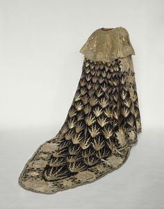Paris  XVIIe siècle    Manteau de chevalier de l'ordre du Saint-Esprit   Velours noir brodé