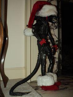 A Xenomorph Christmas! Dark Christmas, Little Christmas, Aliens Funny, Aliens Movie, Halloween Trees, I Coming Home, Xenomorph, Christmas Decorations, Holiday Decor