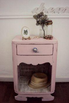 Mesita estilo art decó, reciclada en rosa con desgastes y empapelada con partituras en su interior,   Tirador de cerámica.                 ...