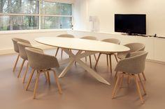 Ovale (vergader)tafel Crux met stoelen van HAY