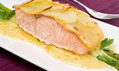 Bruno Oteiza prepara una receta de lomos de salmón al horno con patatas panadera acompañados de salsa bearnesa y espárragos verdes salteados.