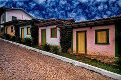 Faz lembrar ruas de alguma cidade do interior de Minas Gerais, Brasil. The street by Flávio Parreiras on 500px