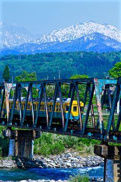 This train is the Toyama chihō railway. I took a train across the jōganji River. Behind Mt. Tateyama.