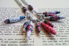 Gypsy Purple, collana creata artigianalmente con perline di carta colorata e catena